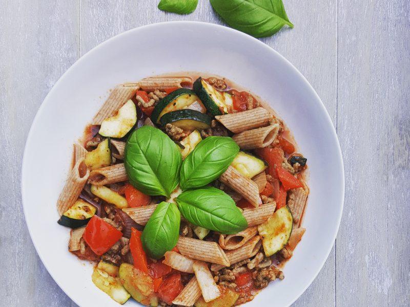 Speltpasta met verse groenten en basilicum