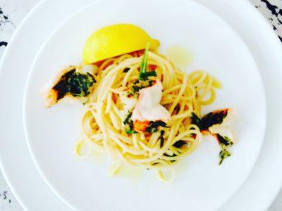 Gevlinderd knoflook-dragongarnalen op een bedje van pasta