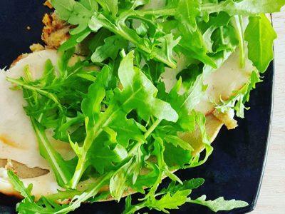 Boekweitpannenkoek met humus, kalkoen en rucola