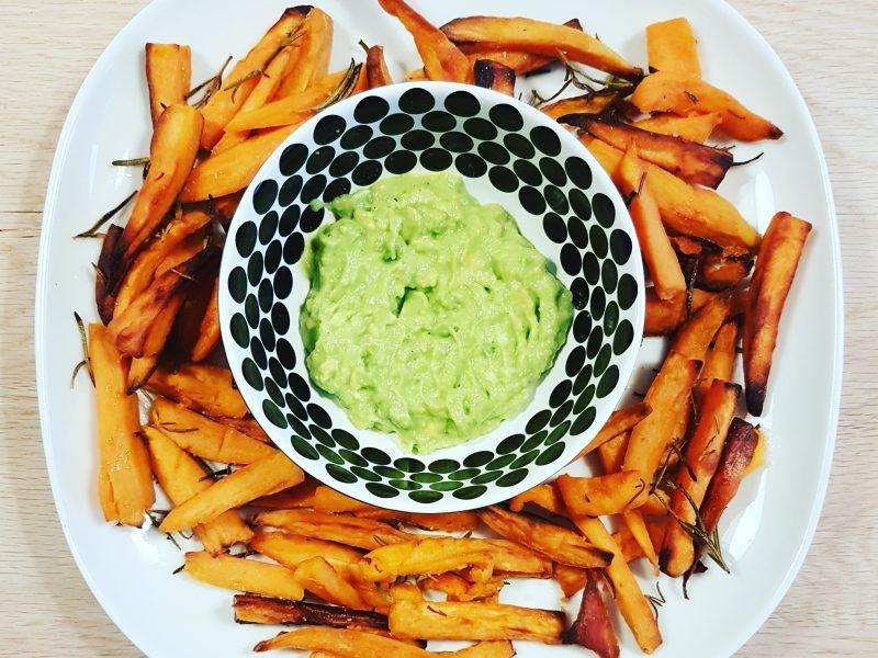 Zoete aardappel friet met avocado knoflook dip