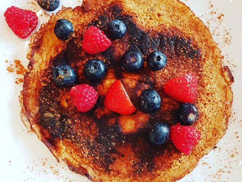 Banaan havermout pannenkoek met rood fruit
