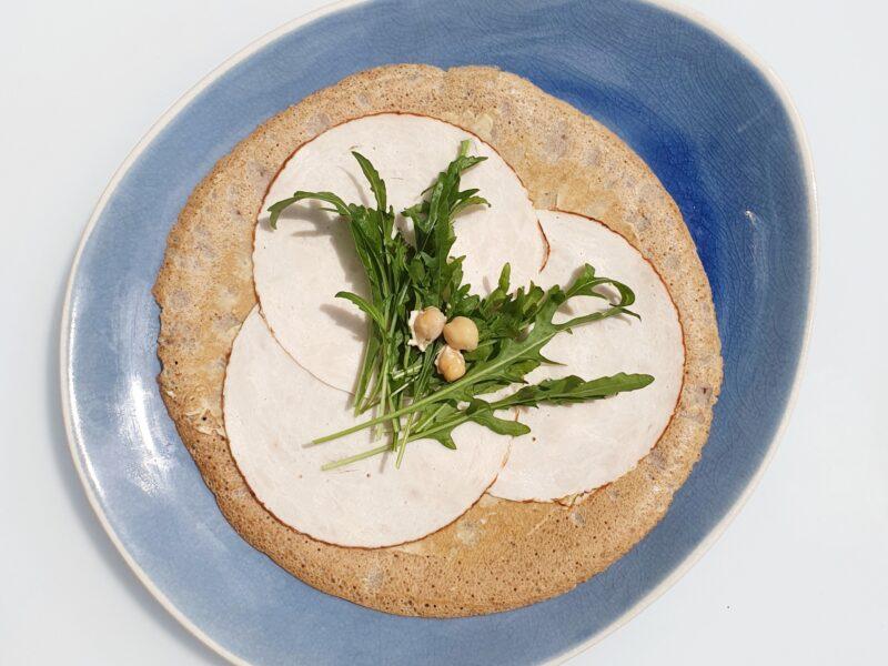 Boekweitpannenkoek met hummus, kalkoen en rucola