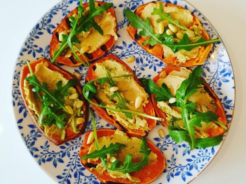 Geroosterde zoete aardappel met hummus